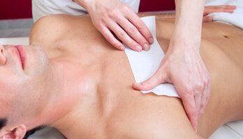 mezczyzna-depilacja-woskiem